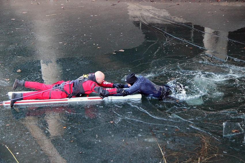 Der Verunglückte wird mit einer Leiter aus dem Wasser gezogen.